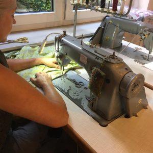 Handarbeit in der Kleidermanufaktur in Hannover. Anette Spitzl an der Nähmaschine.